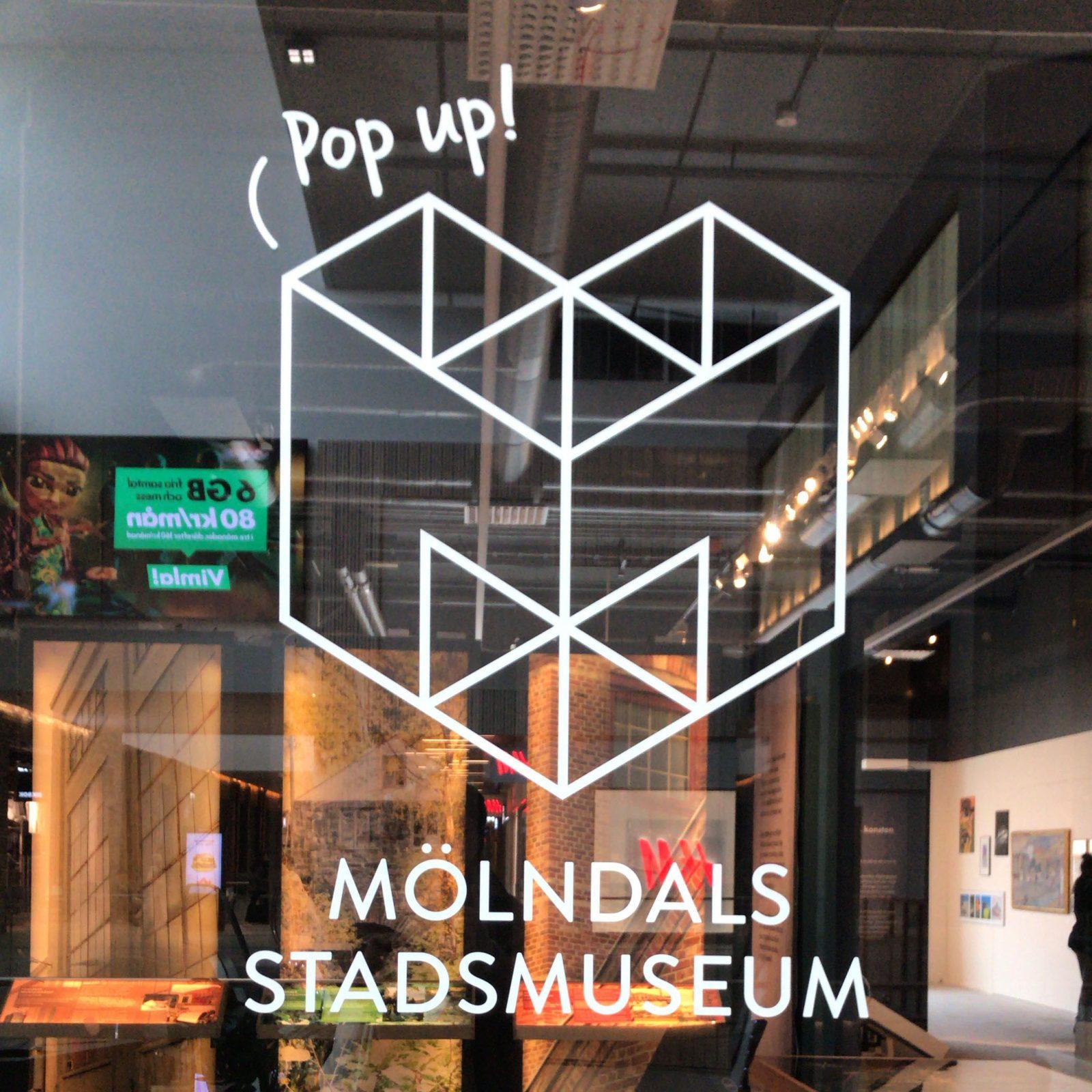 skyltfönster men insyn i popupmuseet