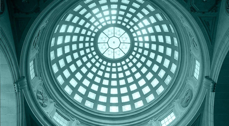 Blåfärgad bild tagen underifrån på en kupol