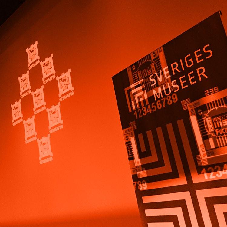Sveriges museer rollup framför en orange vägg