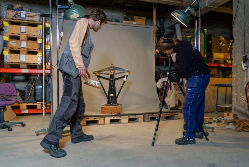 Två personer tittar på ett föremål. Foto: Anna Gerdin